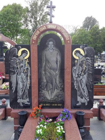 Памятник из гранита. Вид камня: габбро - черный, лезниковский - красный.