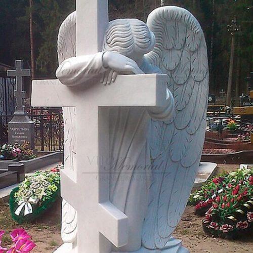 Ангел из мрамора у креста