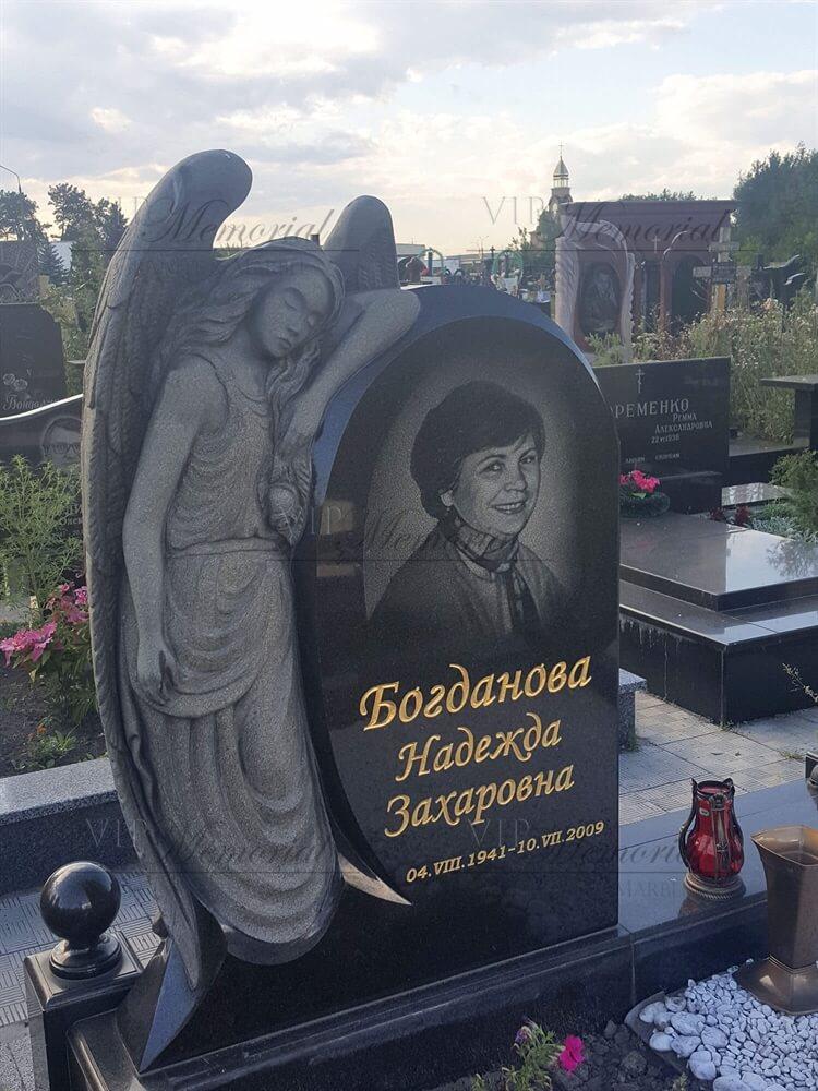 Памятник из гранита с ангелом фото