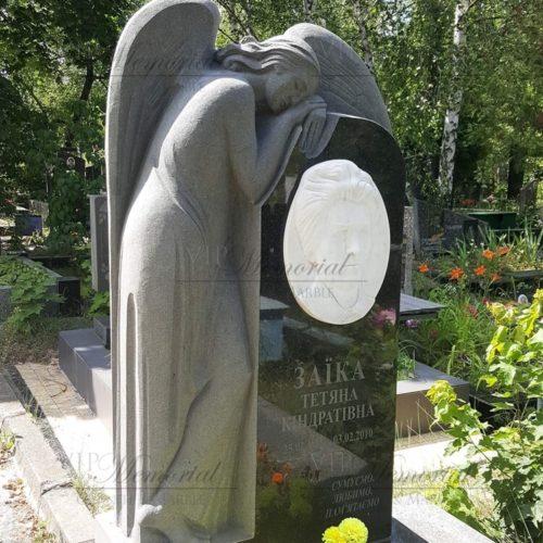 Памятник из гранита с ангелом