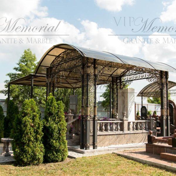 Мемориальный комплекс из гранита и мрамора включает скульптуру, лавку и стол, ступени, перила и балясины, кованный навес