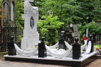 памятник из мрамора фото