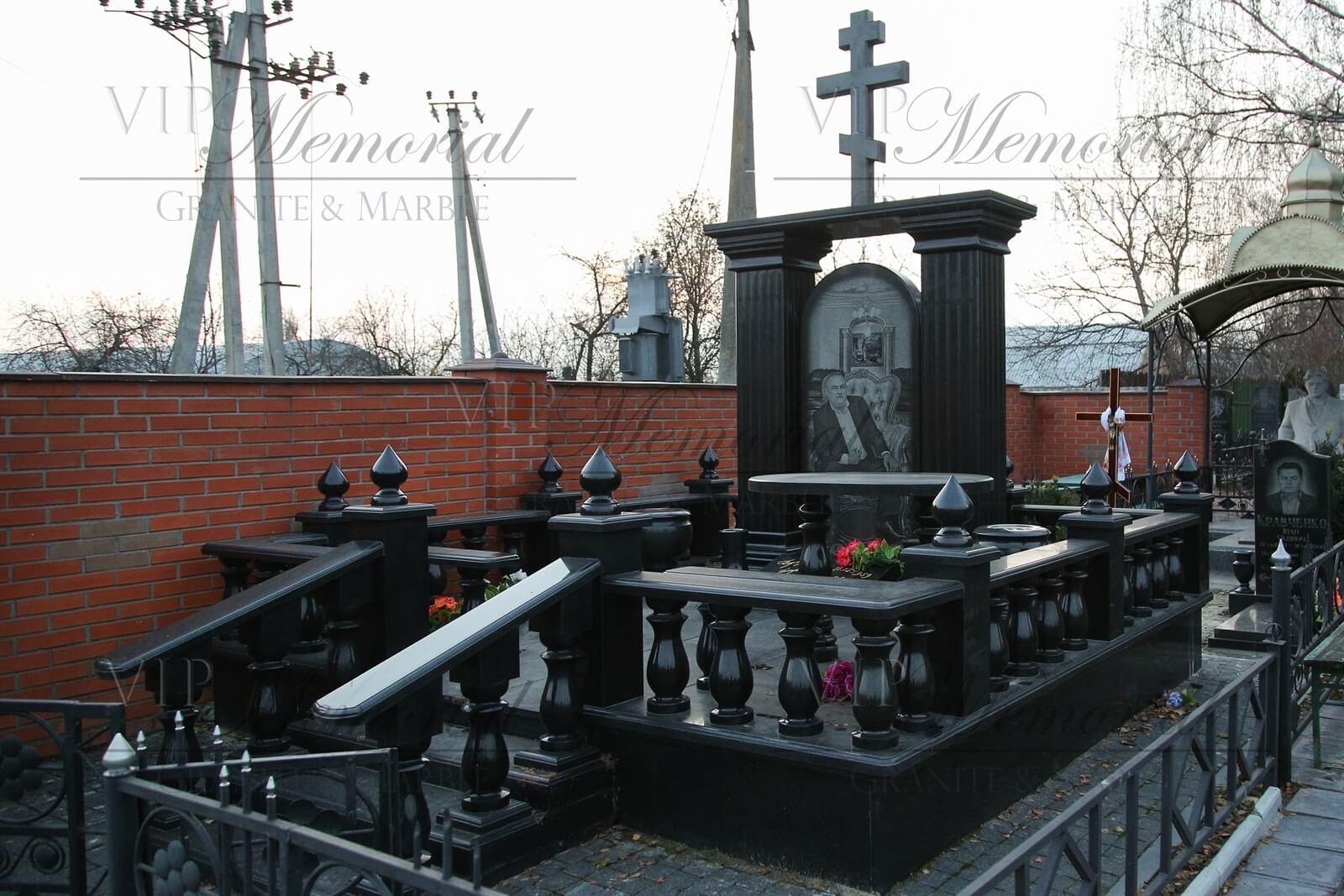 Памятник из гранита фото. Материал: гранит. Наименование: габбро. Цвет: черный.
