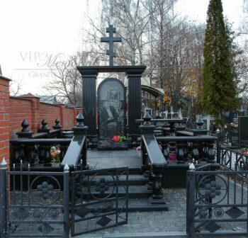 Памятник из гранита изготовлен и смонтирован мастерами компании VIP-Memorial