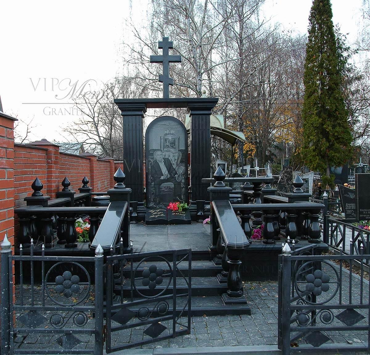 Памятник из гранита габбро буки (Украина). Данный комплекс изготовлен и смонтирован мастерами компании VIP-Memorial в г. Васильков