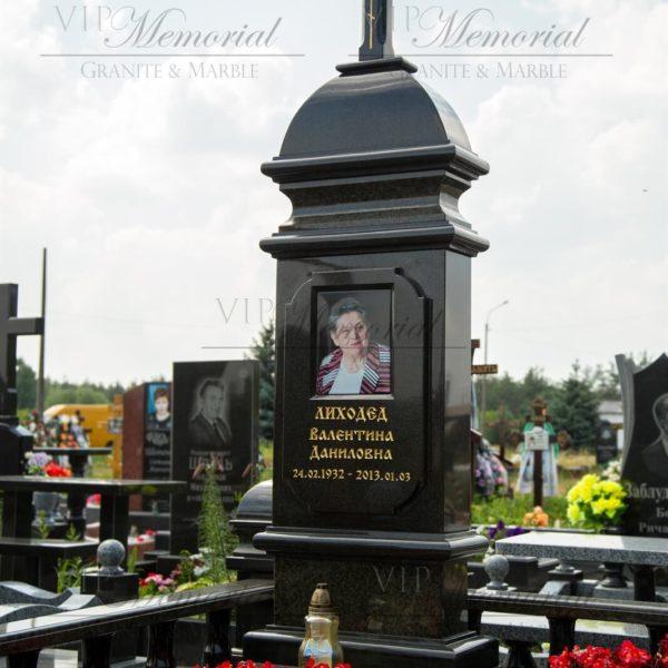Памятник из гранита фото. Изысканный мемориальный комплекс с резными деталями, балясинами, клумбой для цветов изготовлен и установлен мастерами компании VIP-Memorial