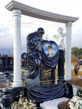 Скульптура ангел на шаре